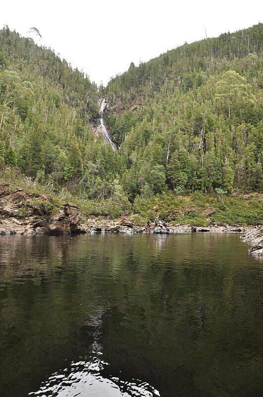 StA?le ticho, v pozadA� je vodopA?d Blushrock Falls