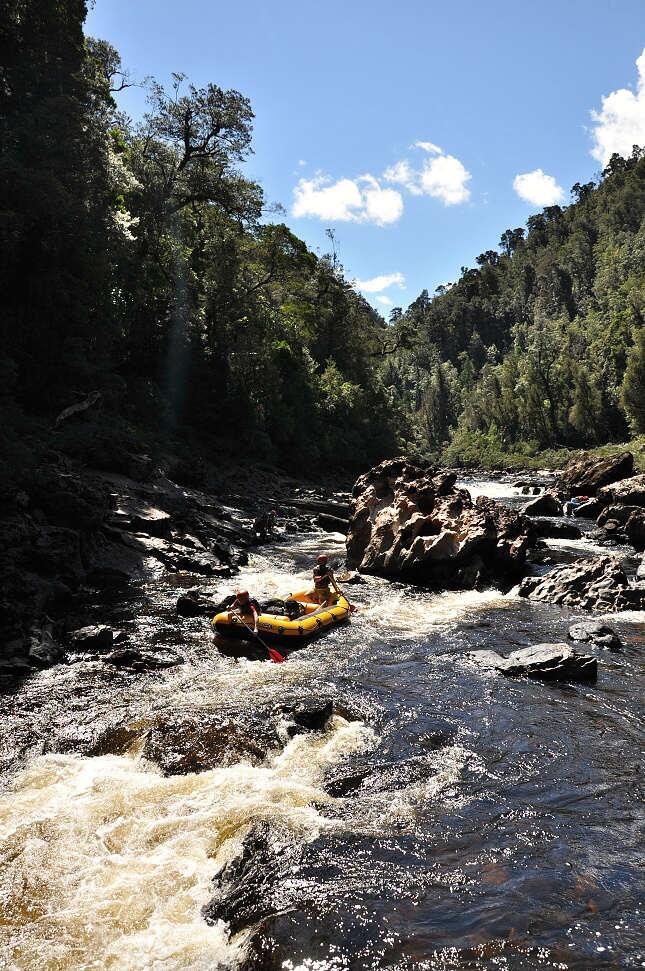 Franklin river - některé části kvůli nízké vodě opět jezdíme s odlehčeným raftem