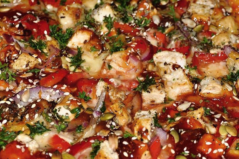 Jeden z favoritů mezi pizzama - Big Mama s kouskama kuřecího masa a úžasnou omáčkou.