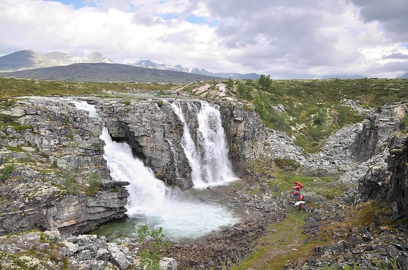 Nesjízdný vodopád Nevěstin závoj asi 1-2km po nasednutí na pláni